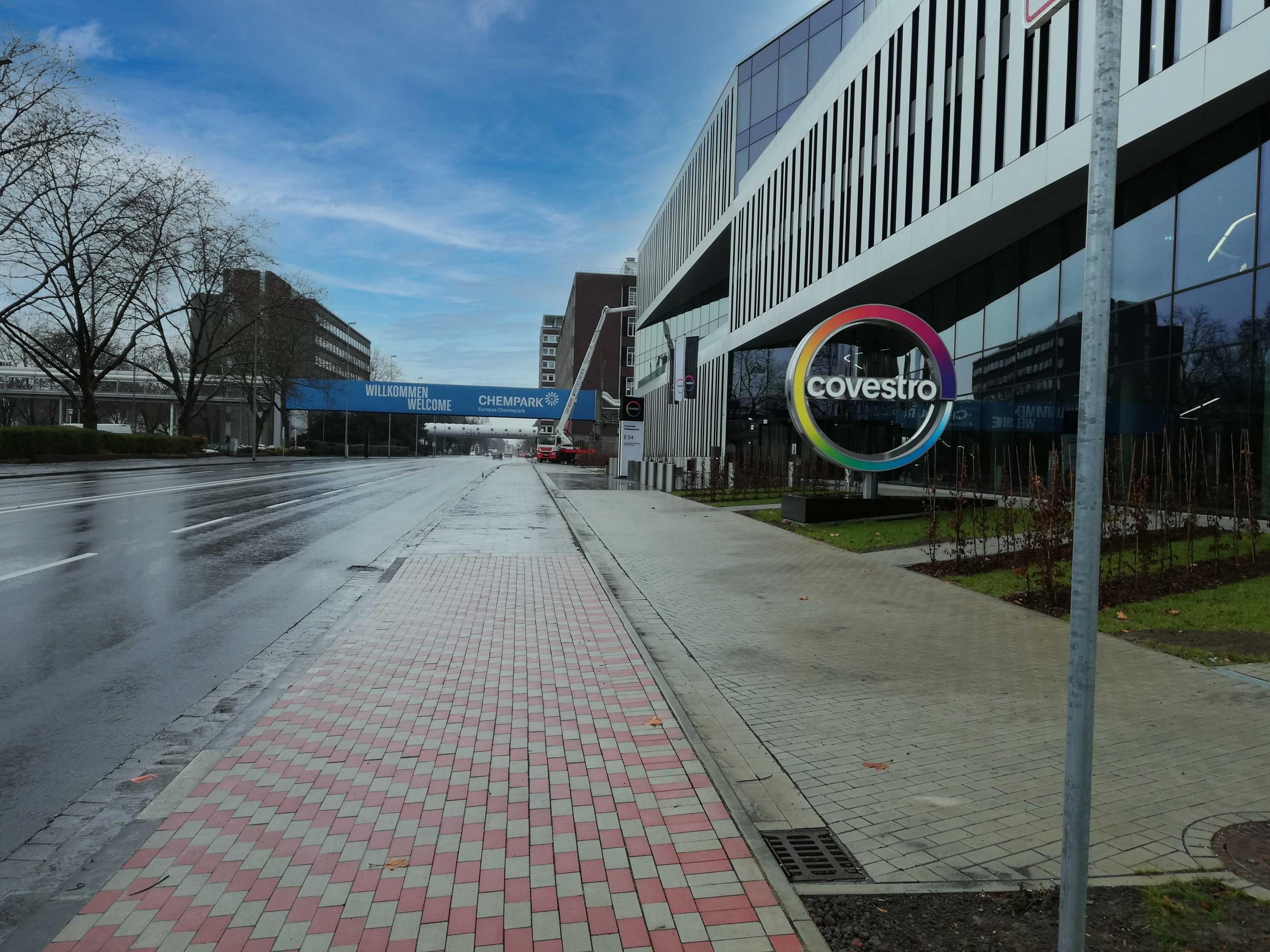Ansicht Vorfahrt zur Firmenzentrale von Covestro